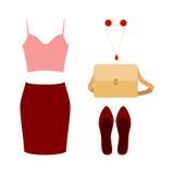 Uppsättning av moderiktiga kvinnors kläder med den röda kjolen, rosa färgöverkanten och acces Arkivbild