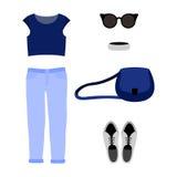 Uppsättning av moderiktiga kvinnors kläder med jeans, blå t-skjorta Arkivbild