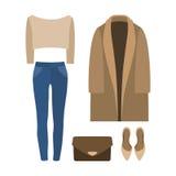 Uppsättning av moderiktiga kvinnors kläder med laget, sweatern, jeans och acc Arkivfoton