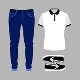 Uppsättning av moderiktiga mäns kläder med den poloskjortan, jeans och snedsteget på Arkivbild