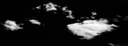Uppsättning av moln över svart bakgrund bakgrundsdesignelement fyra vita snowflakes Vit isolerade moln Utklipp utdragna moln Royaltyfri Foto