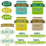 Uppsättning av naturliga organiska produktetiketter och emblem vektor illustrationer