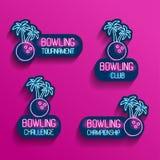 Uppsättning av neonlogoer i rosa färg-blått färger med fallande skuggor Samling av 4 vektorillustrationer för den tropiska bowlin royaltyfri fotografi