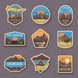Uppsättning av nio bergloppemblem Campa utomhus- affärsföretagemblem, emblem och logolappar Glädjen av segern och frihet royaltyfri illustrationer