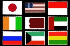 Uppsättning av nio flaggor av världsländerna på portostämplar som isoleras på svart bakgrund Representantfärger och proportion av royaltyfri illustrationer