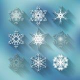 Uppsättning av nio olika snöflingor för vektor på blått royaltyfri illustrationer