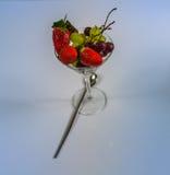 Uppsättning av ny frukt i ett exponeringsglas, sunt mellanmål Arkivfoto