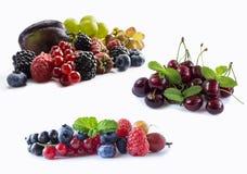 Uppsättning av nya frukter och bär Mogna blåbär, björnbär, röda vinbär, druvor, hallon och plommoner Olik ny sommar Arkivfoto