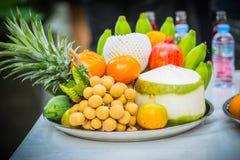 Uppsättning av nya tropiska frukter inklusive bananen, apelsin, ananas Arkivbilder