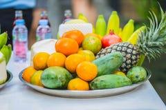 Uppsättning av nya tropiska frukter inklusive bananen, apelsin, ananas Arkivbild