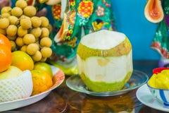 Uppsättning av nya tropiska frukter inklusive bananen, apelsin, ananas Fotografering för Bildbyråer