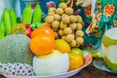 Uppsättning av nya tropiska frukter inklusive bananen, apelsin, ananas Arkivfoto