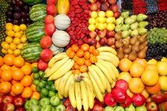 Uppsättning av nytt valda organiska frukter på stånd Arkivfoton