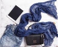 Uppsättning av objekt för kvinna` s inklusive halsduken, minnestavlan, handväskan och jeans Royaltyfri Foto