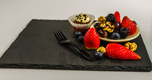 Uppsättning av olik muttrar och frukt med chokladmuffin med en vit Royaltyfria Bilder