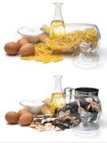 Uppsättning av olik nudlar, sädesslag och pasta för att laga mat, smör, ägg och huvudsakliga ingredienser för mjöl- av nudlar, Royaltyfri Fotografi