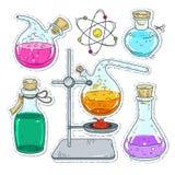 Uppsättning av olika apparater för kemikalieexperiment, mångfärgade krus och flaskor Royaltyfria Foton