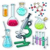 Uppsättning av olika apparater för kemiska experiment, mikroskop, flaskor, provrör Royaltyfria Bilder
