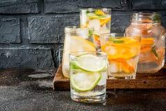 Uppsättning av olika citrusa drinkar Arkivfoto