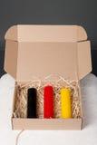 Uppsättning av olika färgstearinljus i ask Arkivbild