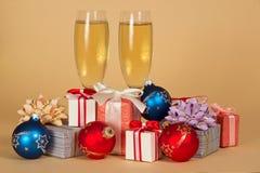 Uppsättning av olika gåvaaskar, leksaker och vinexponeringsglas royaltyfria foton