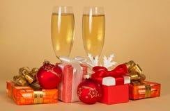 Uppsättning av olika gåvaaskar, leksaker, snöflinga och royaltyfri foto