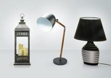Uppsättning av olika tabelllampor Dekorativa isolerade skrivbordlampor på vit bakgrund Arkivfoto