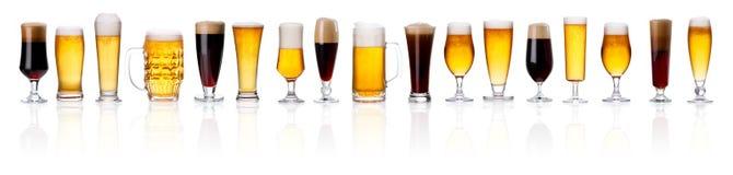 Uppsättning av olika typer av öl med skum i exponeringsglas som isoleras på royaltyfria bilder