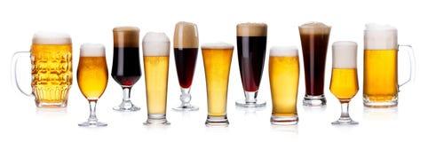 Uppsättning av olika typer av öl med skum i exponeringsglas som isoleras på Royaltyfri Fotografi