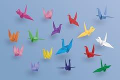 Uppsättning av pappers- fåglar på blå bakgrund Konsten av origami royaltyfri illustrationer
