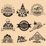 Uppsättning av pizzaetiketter i tappningstil symboler stock illustrationer