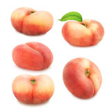 Uppsättning av plana persikor som isoleras på vit Royaltyfria Foton