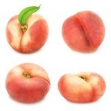 Uppsättning av plana persikor som isoleras på vit Arkivbilder
