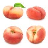 Uppsättning av plana persikor som isoleras på vit Arkivbild
