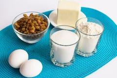 Uppsättning av produkter för att laga mat muffin på servetten Arkivbilder