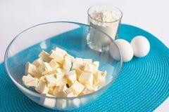 Uppsättning av produkter för att laga mat muffin på servetten Royaltyfri Foto