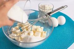 Uppsättning av produkter för att laga mat muffin på servetten och Het arkivbilder