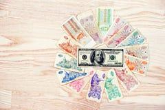 Uppsättning av räkningUkraina karbovanets med 100 dollar pengar på trä Fotografering för Bildbyråer