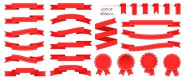 Uppsättning av röda band och den runda klistermärken paper scrolls Röd bandvektorsymbol på vit bakgrund Royaltyfri Foto