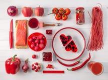 Uppsättning av röda objekt på den vita tabellen, topview royaltyfria bilder