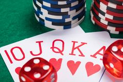 uppsättning av röda segrar i poker på en pokertabell med chiper och tärning Royaltyfri Bild