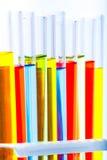Uppsättning av rör för provlabb med färgflytande på ställning Arkivbilder