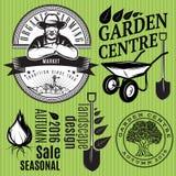 Uppsättning av retro emblem med bonden för att arbeta i trädgården eller organiskt lantbruk Royaltyfria Foton