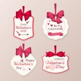 Uppsättning av retro gulliga etiketter som firar dag för valentin` s med den röda pilbågen, hjärtor, pilen och text Fotografering för Bildbyråer