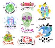 Uppsättning av retro sommaretiketter, logo och planlagda beståndsdelar Royaltyfria Foton