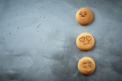 Uppsättning av runda kakor med olika sinnesrörelser, framsidor med sinnesrörelser Royaltyfri Fotografi