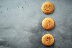 Uppsättning av runda kakor med olika sinnesrörelser, framsidor med sinnesrörelser Fotografering för Bildbyråer
