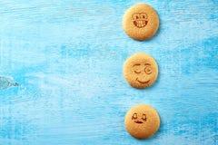 Uppsättning av runda kakor med olika sinnesrörelser, framsidor med sinnesrörelser Arkivbild