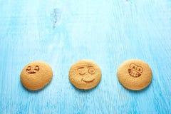 Uppsättning av runda kakor med olika sinnesrörelser, framsidor med sinnesrörelser Royaltyfri Bild