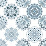 Uppsättning av sömlösa indigoblåttmodeller i blått för golvtegelplattor, dekorativ samling för glasat keramiskt tappning för gull Royaltyfri Foto